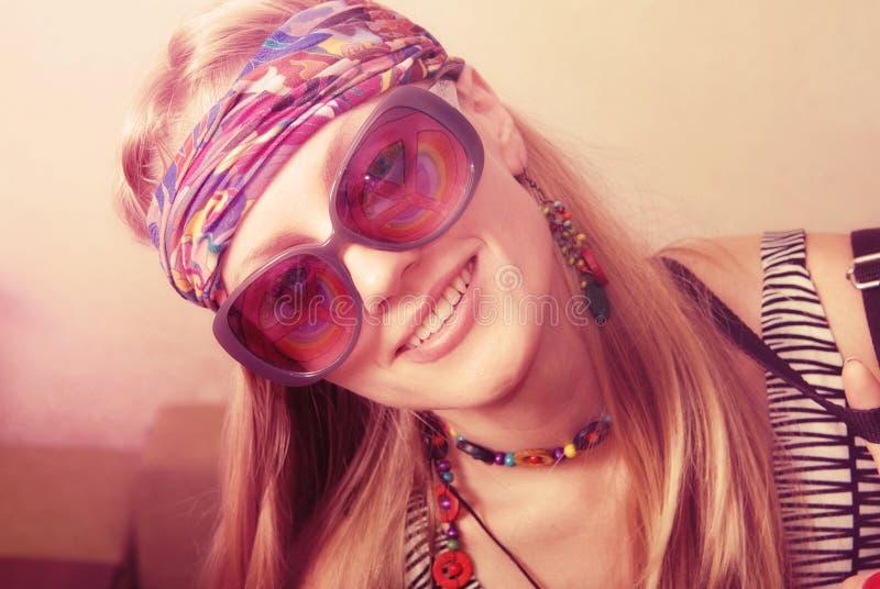 Πορτρέτο ενός χαμογελώντας hipster κοριτσιού στα αποκλειστικά γυαλιά στοκ φωτογραφίες με δικαίωμα ελεύθερης χρήσης