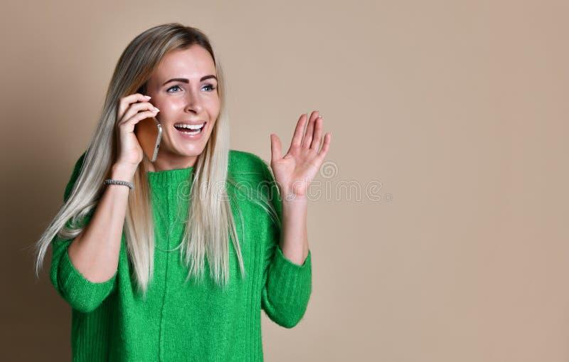 Πορτρέτο ενός χαριτωμένου ευτυχούς κοριτσιού που μιλά στο κινητό τηλέφωνο και το γέλιο στοκ φωτογραφίες με δικαίωμα ελεύθερης χρήσης