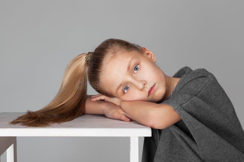 Πορτρέτο ενός χαριτωμένου κοριτσιού με μακρυμάλλη στο photostudio στοκ εικόνα με δικαίωμα ελεύθερης χρήσης