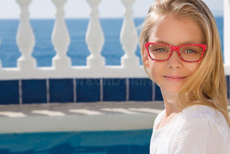 Πορτρέτο ενός χαριτωμένου μικρού κοριτσιού στα γυαλιά στοκ φωτογραφία με δικαίωμα ελεύθερης χρήσης