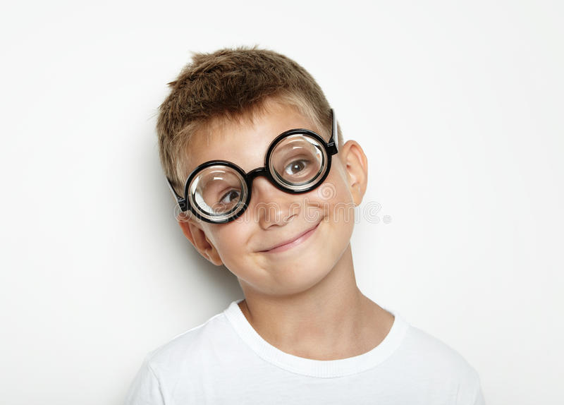 Πορτρέτο ενός χαριτωμένου μικρού παιδιού στον άσπρο τοίχο στοκ φωτογραφία με δικαίωμα ελεύθερης χρήσης