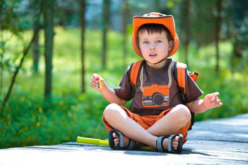 Πορτρέτο ενός χαριτωμένου μικρού παιδιού στο θερινό δάσος στοκ φωτογραφίες