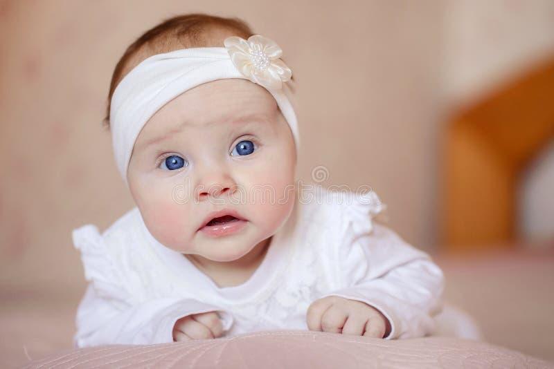 Πορτρέτο ενός χαριτωμένου μωρού τριών μηνών βρεφών που βρίσκεται σε ένα κάλυμμα στοκ εικόνες με δικαίωμα ελεύθερης χρήσης