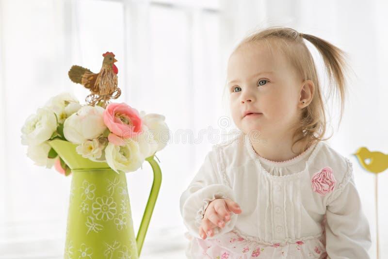 Πορτρέτο ενός χαριτωμένου νέου κοριτσιού με το κάτω σύνδρομο στοκ φωτογραφία με δικαίωμα ελεύθερης χρήσης