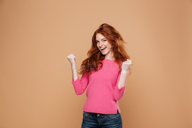 Πορτρέτο ενός χαρούμενου ικανοποιημένου redhead εορτασμού κοριτσιών στοκ φωτογραφία με δικαίωμα ελεύθερης χρήσης