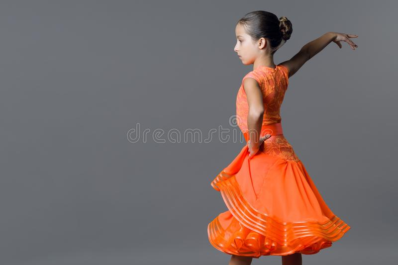 Πορτρέτο ενός χορευτή παιδιών 9-10 κοριτσιών χρονών Χορός αθλητικών αιθουσών χορού, λατίνος στοκ εικόνες