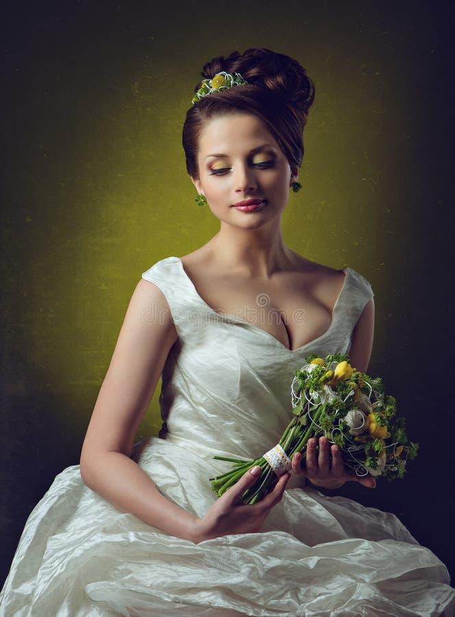 Πορτρέτο ενός όμορφου αισθησιακού κοριτσιού με μια μεγάλη αποτυχία, λουλούδια μέσα στοκ φωτογραφία με δικαίωμα ελεύθερης χρήσης