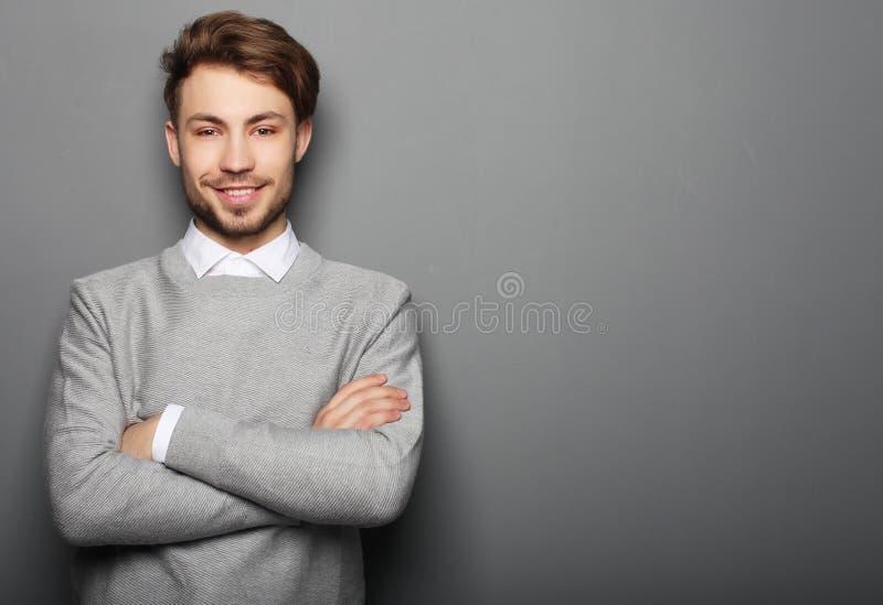 Πορτρέτο ενός όμορφου βέβαιου επιχειρησιακού ατόμου στοκ φωτογραφία με δικαίωμα ελεύθερης χρήσης