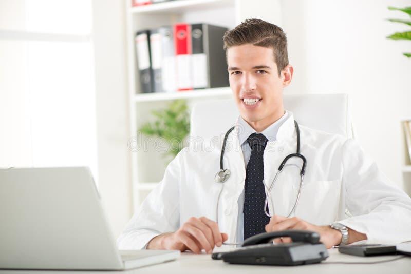Πορτρέτο ενός όμορφου γιατρού στοκ φωτογραφίες με δικαίωμα ελεύθερης χρήσης
