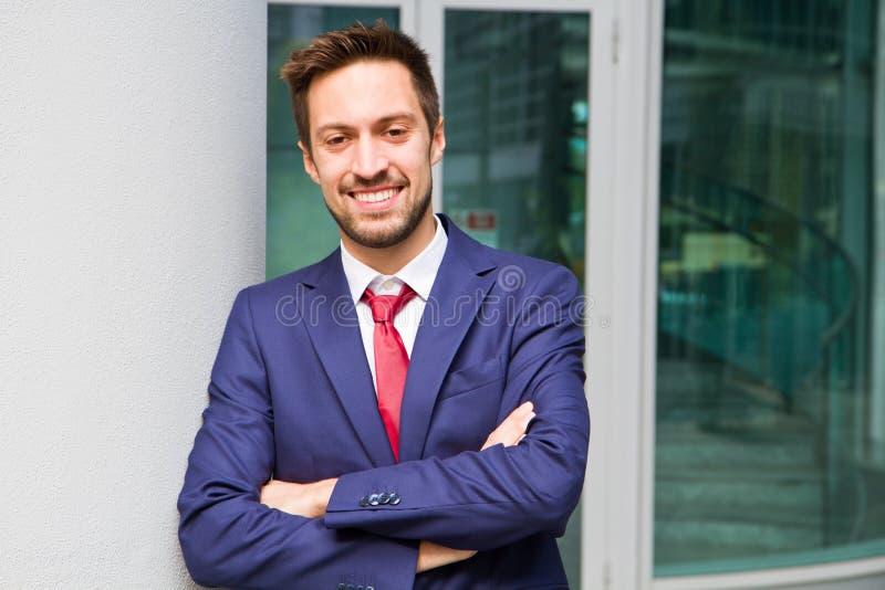 Πορτρέτο ενός όμορφου επιχειρηματία υπαίθριου στοκ φωτογραφίες με δικαίωμα ελεύθερης χρήσης