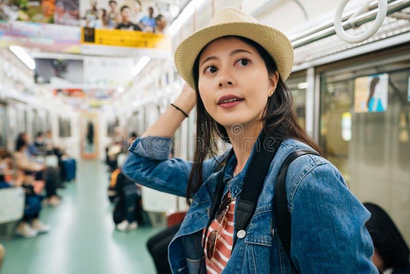 Πορτρέτο ενός όμορφου ευτυχούς χαμόγελου νέων κοριτσιών στον υπόγειο αγάπη τουρισμού για να ταξιδεψει την έννοια γυναικείος ταξιδ στοκ φωτογραφία