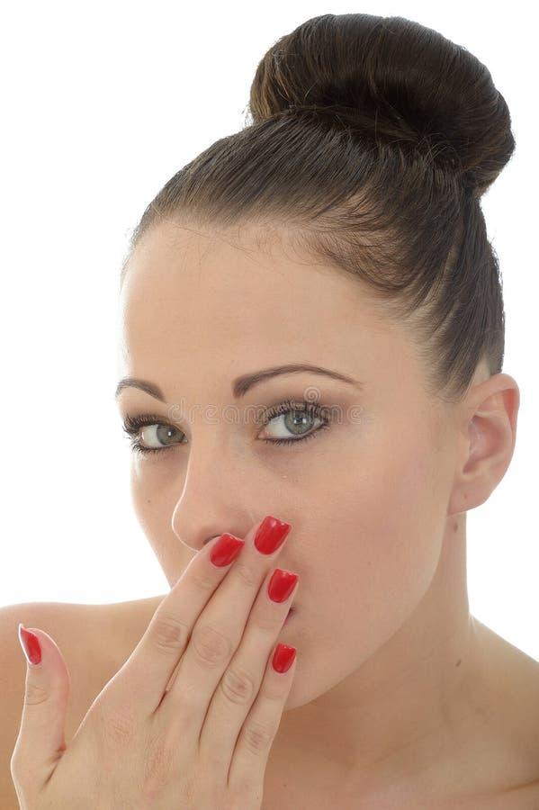 Πορτρέτο ενός όμορφου ελκυστικού συγκλονισμένου ντροπαλού και αμήχανου Υ στοκ εικόνες