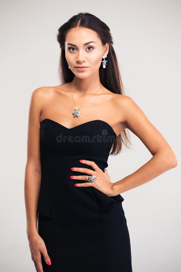 Πορτρέτο ενός όμορφου θηλυκού προτύπου στο μαύρο φόρεμα στοκ εικόνα