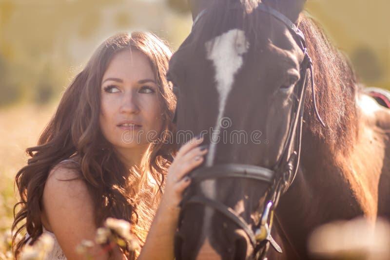 πορτρέτο ενός όμορφου και όμορφου κοριτσιού στοκ φωτογραφίες