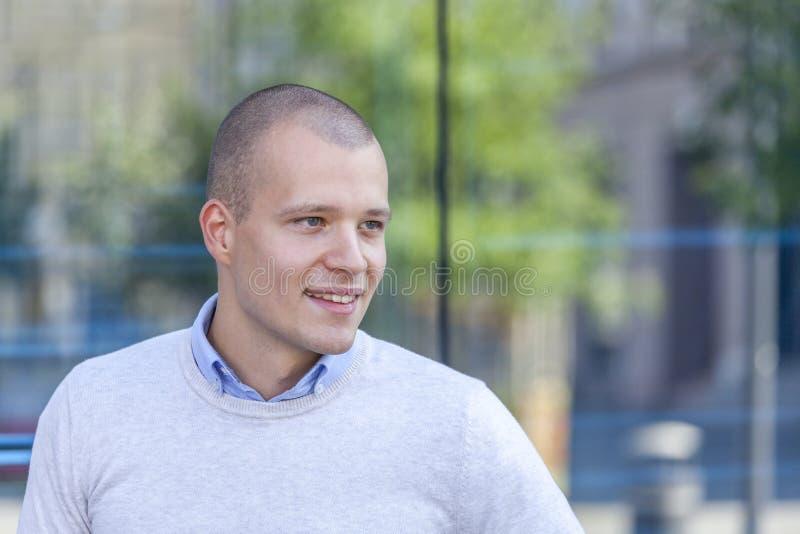 Πορτρέτο ενός όμορφου και χαμογελώντας νεαρού άνδρα υπαίθρια στοκ φωτογραφία με δικαίωμα ελεύθερης χρήσης