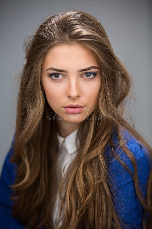 Πορτρέτο ενός όμορφου καφετής-μαλλιαρού κοριτσιού στοκ εικόνες