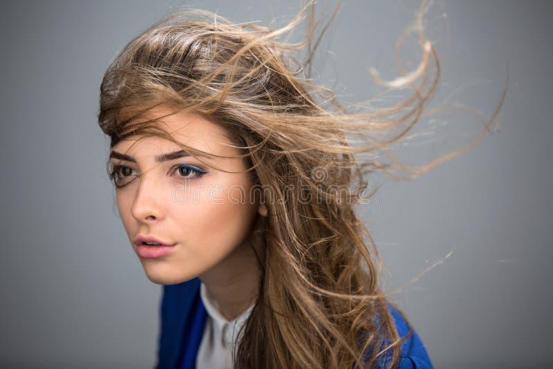 Πορτρέτο ενός όμορφου καφετής-μαλλιαρού κοριτσιού στοκ φωτογραφίες