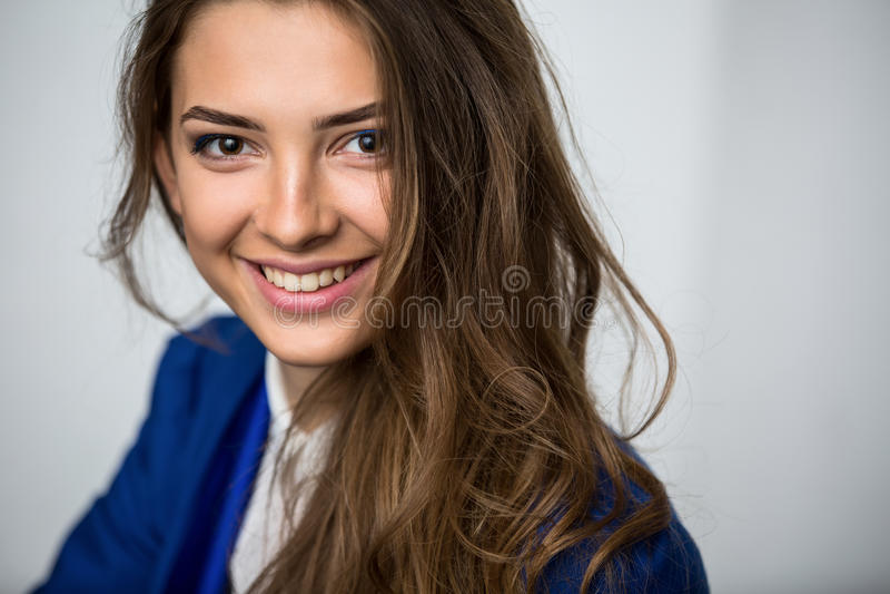 Πορτρέτο ενός όμορφου καφετής-μαλλιαρού κοριτσιού στοκ φωτογραφίες με δικαίωμα ελεύθερης χρήσης