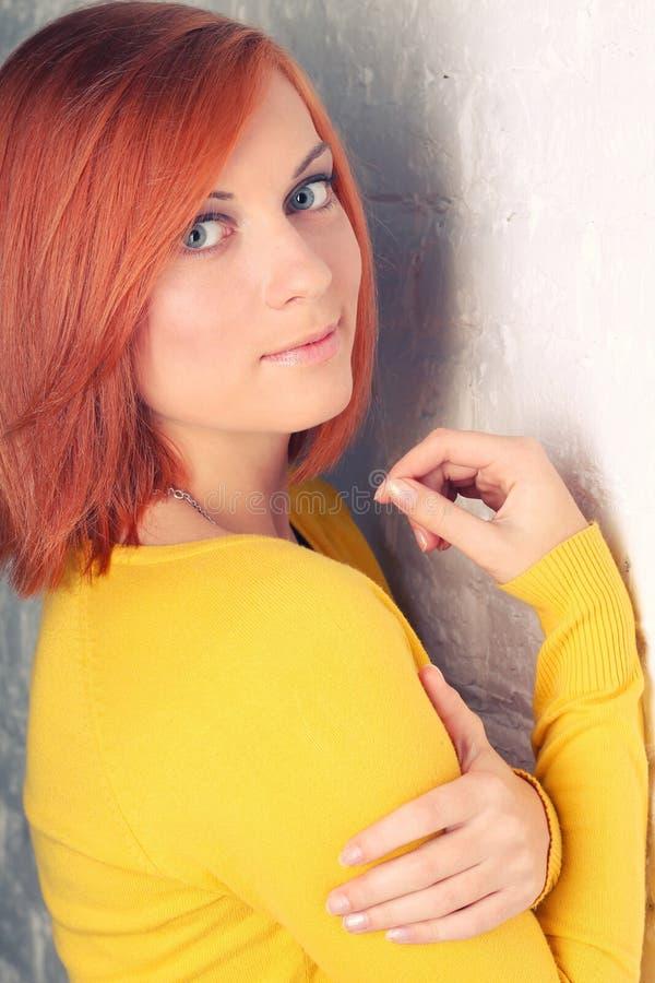 Πορτρέτο ενός όμορφου κοκκινομάλλους κοριτσιού στοκ εικόνες