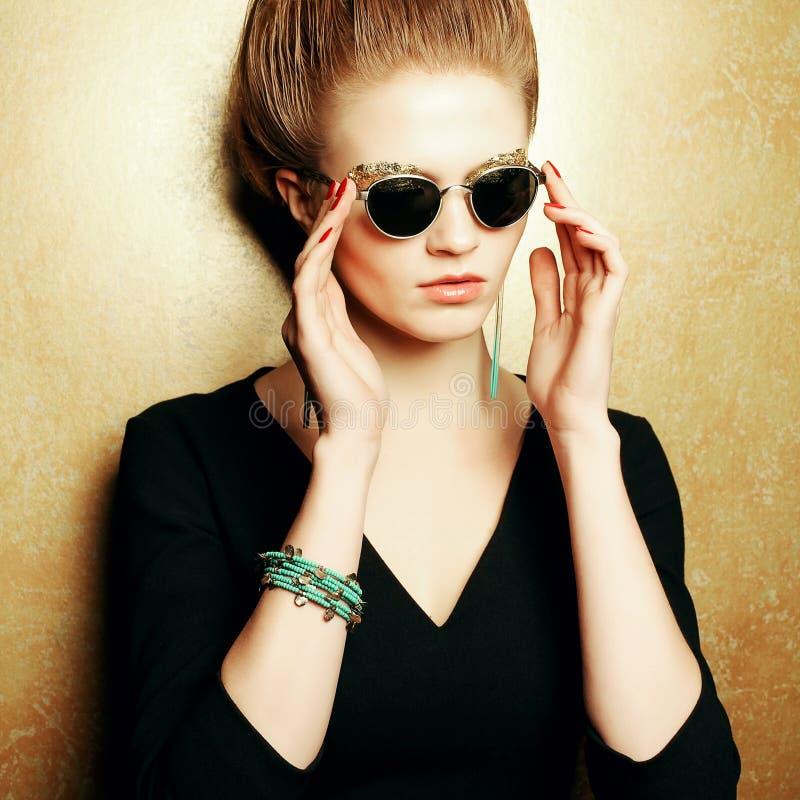 Πορτρέτο ενός όμορφου κοκκινομάλλους προτύπου μόδας με μια μεγάλη σύνθεση στοκ φωτογραφία με δικαίωμα ελεύθερης χρήσης