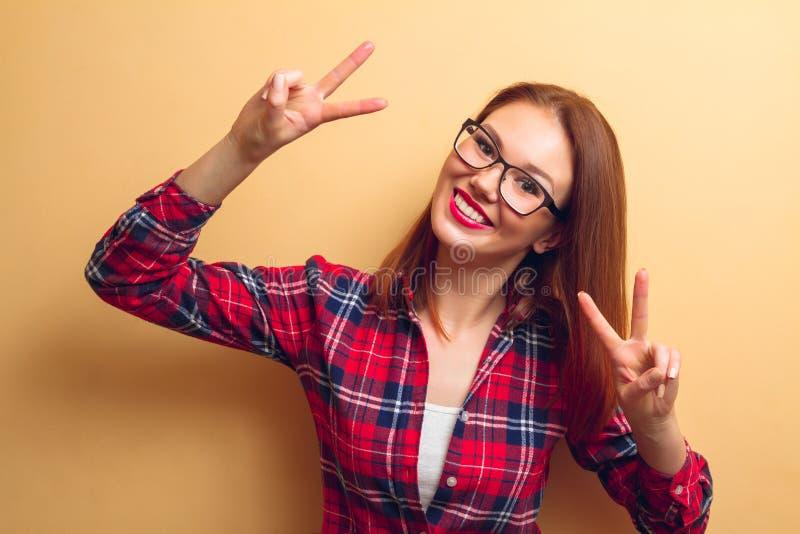 Πορτρέτο ενός όμορφου κοριτσιού ενάντια στον τοίχο στοκ εικόνες