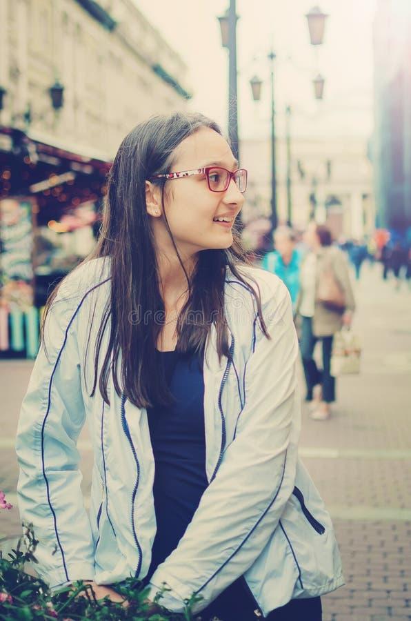 Πορτρέτο ενός όμορφου κοριτσιού εφήβων που περπατά γύρω από την πόλη στοκ φωτογραφίες με δικαίωμα ελεύθερης χρήσης