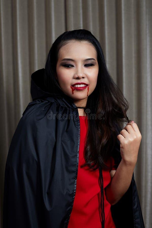 Πορτρέτο ενός όμορφου κοριτσιού μεγάλος φωτεινός Ιστός αραχνών σκιών μυστηρίου σεληνόφωτου φωτοστεφάνου ευελιξιών φλογών ρίψης κα στοκ φωτογραφία με δικαίωμα ελεύθερης χρήσης