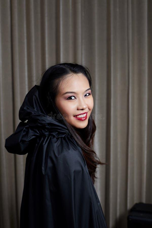 Πορτρέτο ενός όμορφου κοριτσιού μεγάλος φωτεινός Ιστός αραχνών σκιών μυστηρίου σεληνόφωτου φωτοστεφάνου ευελιξιών φλογών ρίψης κα στοκ εικόνες με δικαίωμα ελεύθερης χρήσης