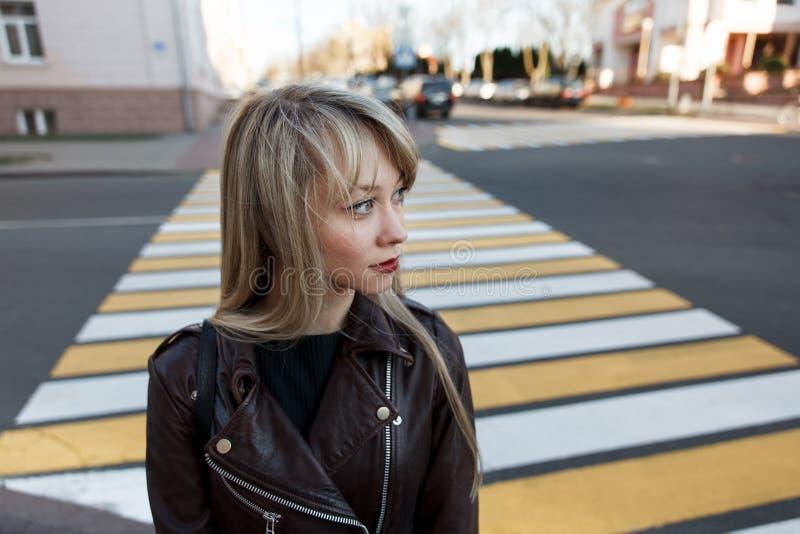 Πορτρέτο ενός όμορφου κοριτσιού με ένα φωτεινό κραγιόν στοκ φωτογραφία με δικαίωμα ελεύθερης χρήσης