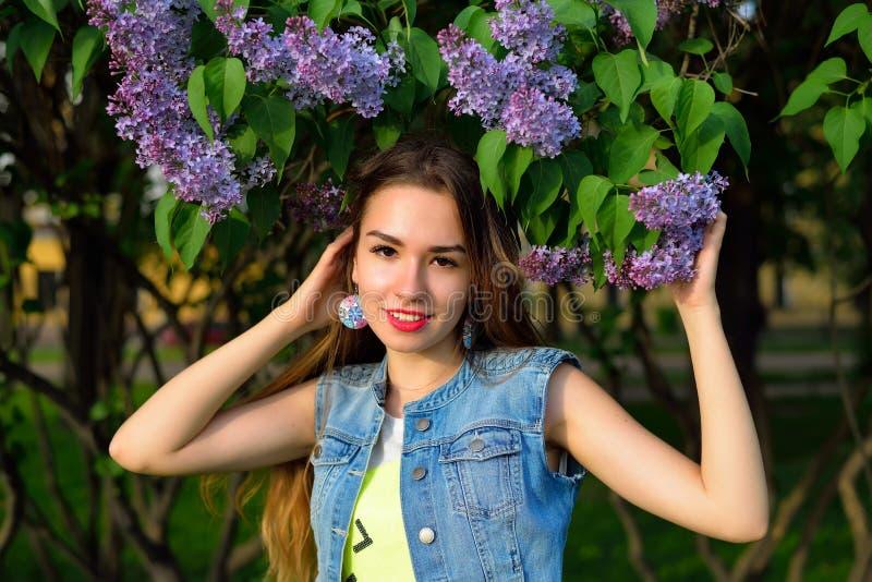 Πορτρέτο ενός όμορφου κοριτσιού με τα ιώδη λουλούδια στοκ φωτογραφίες με δικαίωμα ελεύθερης χρήσης