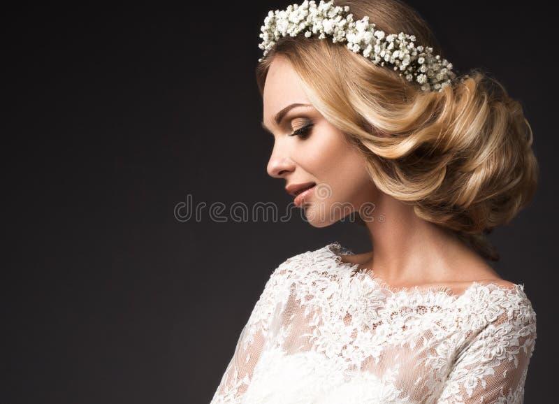 Πορτρέτο ενός όμορφου κοριτσιού με τα λουλούδια στην τρίχα της Πρόσωπο ομορφιάς Γαμήλια εικόνα στο boho ύφους στοκ εικόνες με δικαίωμα ελεύθερης χρήσης