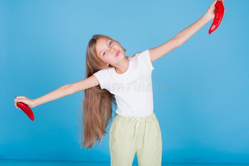 Πορτρέτο ενός όμορφου κοριτσιού με τα φρέσκα λαχανικά κόκκινων πιπεριών στοκ φωτογραφία με δικαίωμα ελεύθερης χρήσης