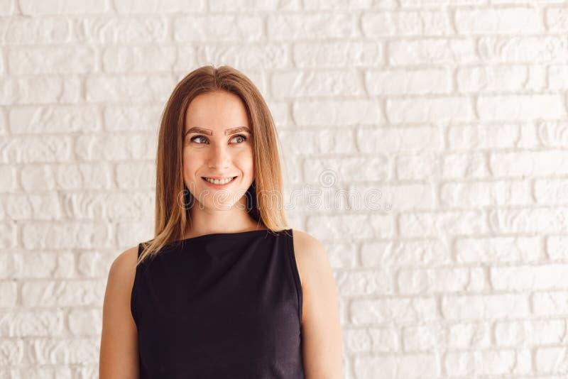 Πορτρέτο ενός όμορφου κοριτσιού πελατών με ένα περίγραμμα μιας νέας μορφής των φρυδιών στοκ φωτογραφία με δικαίωμα ελεύθερης χρήσης