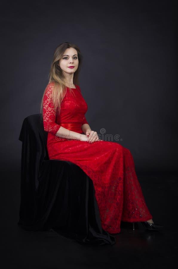 Πορτρέτο ενός όμορφου κοριτσιού σε ένα κόκκινο φόρεμα στοκ εικόνες