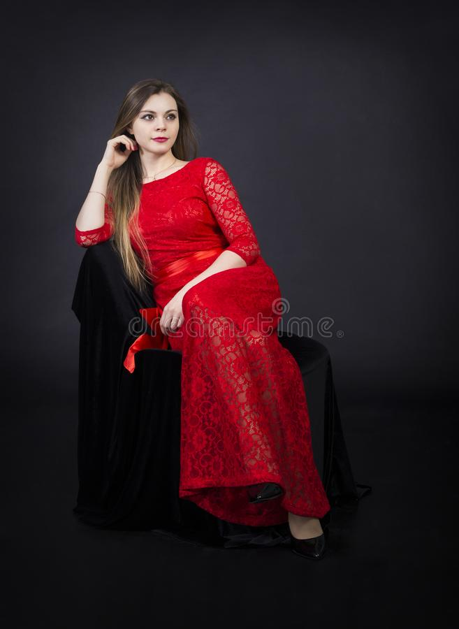 Πορτρέτο ενός όμορφου κοριτσιού σε ένα κόκκινο φόρεμα στοκ φωτογραφίες