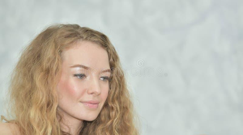 Πορτρέτο ενός όμορφου κοριτσιού στις άσπρες πυτζάμες στοκ φωτογραφία