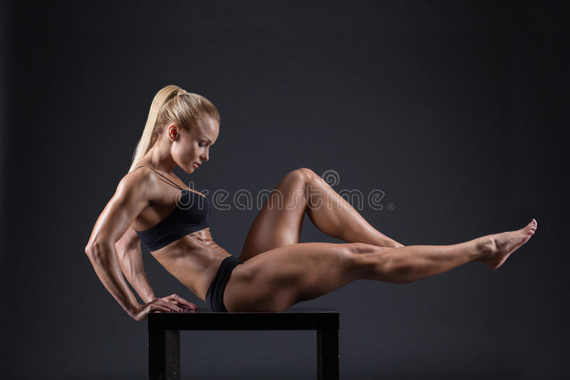 Πορτρέτο ενός όμορφου κοριτσιού στους αθλητές στούντιο στοκ εικόνες με δικαίωμα ελεύθερης χρήσης