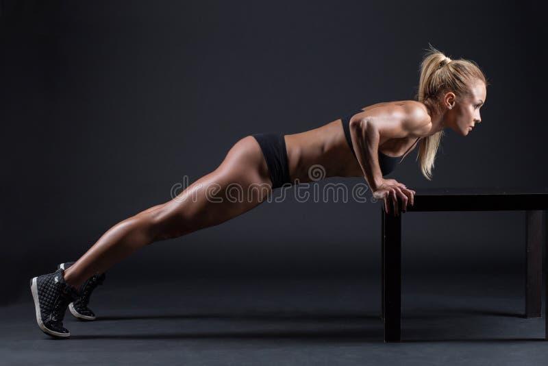 Πορτρέτο ενός όμορφου κοριτσιού στους αθλητές στούντιο στοκ εικόνα με δικαίωμα ελεύθερης χρήσης