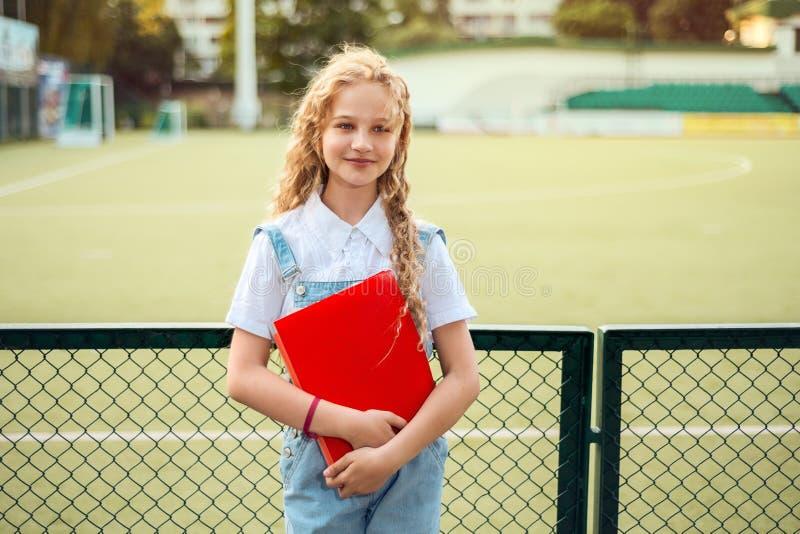Πορτρέτο ενός όμορφου κοριτσιού, όμορφος, ξανθός με τη σγουρά τρίχα και τα μπλε μάτια στοκ εικόνες με δικαίωμα ελεύθερης χρήσης