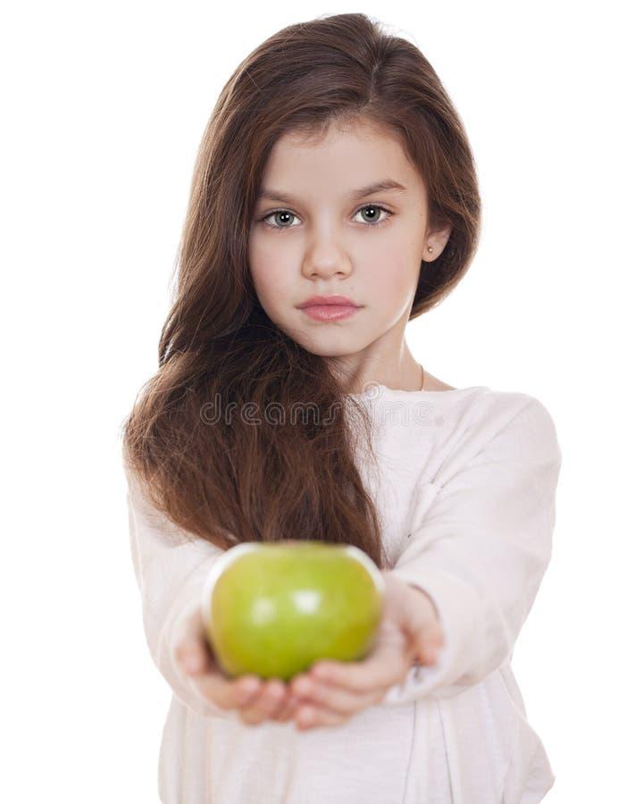 Πορτρέτο ενός όμορφου μικρού κοριτσιού που κρατά ένα πράσινο μήλο στοκ φωτογραφίες με δικαίωμα ελεύθερης χρήσης