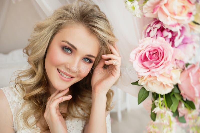 Πορτρέτο ενός όμορφου νέου κοριτσιού με το λουλούδι στο σπίτι στοκ φωτογραφίες με δικαίωμα ελεύθερης χρήσης