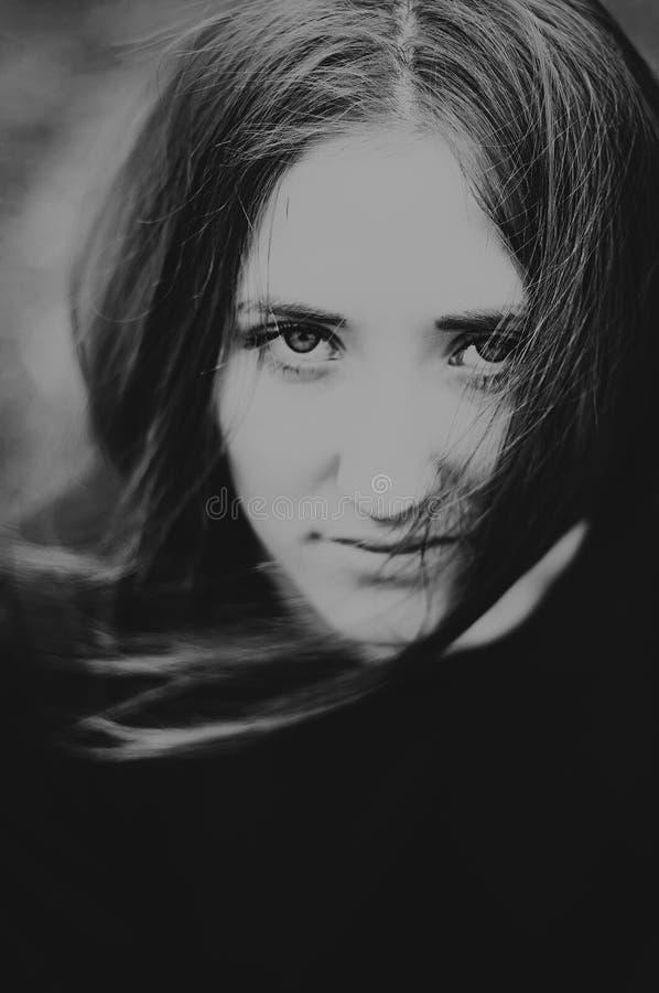 Πορτρέτο ενός όμορφου νέου κοριτσιού υπαίθρια Υπαίθρια πορτρέτο ο στοκ φωτογραφία με δικαίωμα ελεύθερης χρήσης