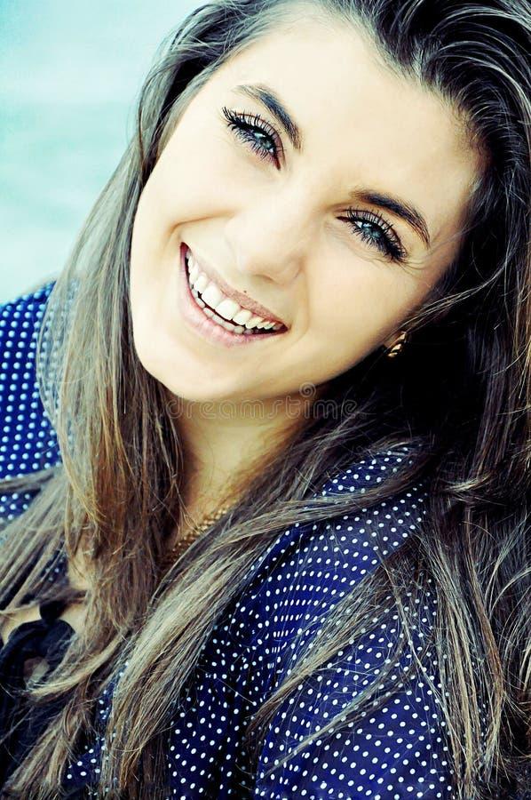 Πορτρέτο ενός όμορφου νέου κοριτσιού υπαίθρια Υπαίθρια πορτρέτο ο στοκ εικόνες με δικαίωμα ελεύθερης χρήσης
