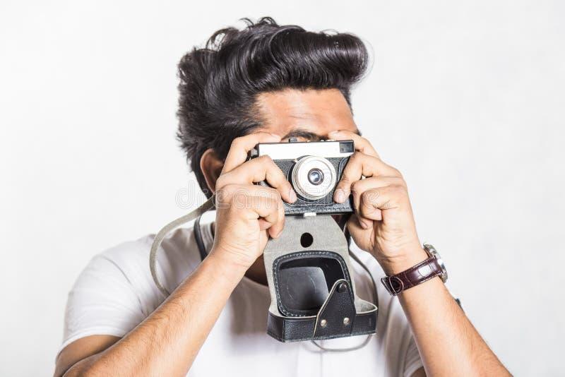 Πορτρέτο ενός όμορφου νέου μοντέρνου ατόμου με τη γενειάδα που παίρνει τη φωτογραφία σε μια εκλεκτής ποιότητας κάμερα στοκ φωτογραφία με δικαίωμα ελεύθερης χρήσης