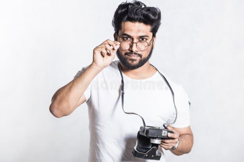 Πορτρέτο ενός όμορφου νέου μοντέρνου ατόμου με τη γενειάδα που παίρνει τη φωτογραφία σε μια εκλεκτής ποιότητας κάμερα στοκ εικόνες με δικαίωμα ελεύθερης χρήσης