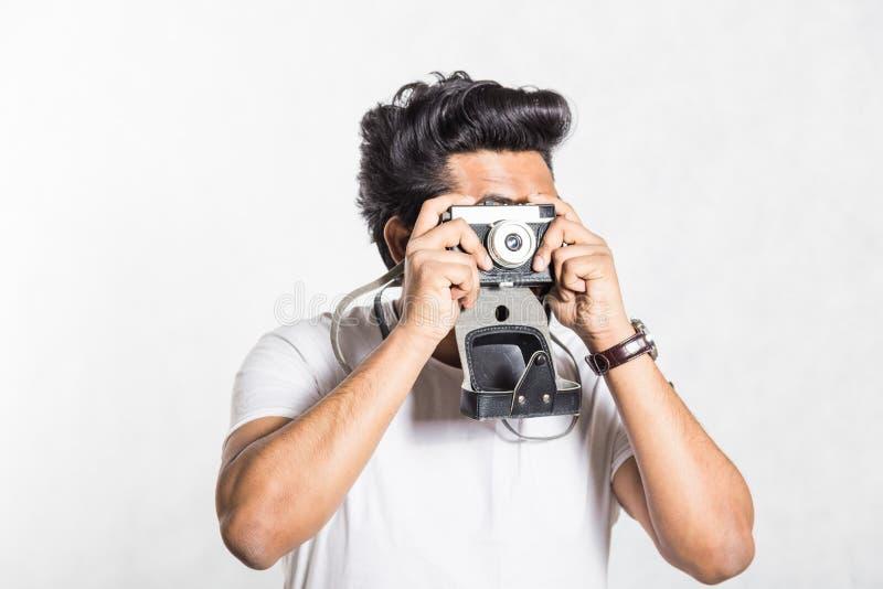 Πορτρέτο ενός όμορφου νέου μοντέρνου ατόμου με τη γενειάδα που παίρνει τη φωτογραφία σε μια εκλεκτής ποιότητας κάμερα στοκ εικόνα