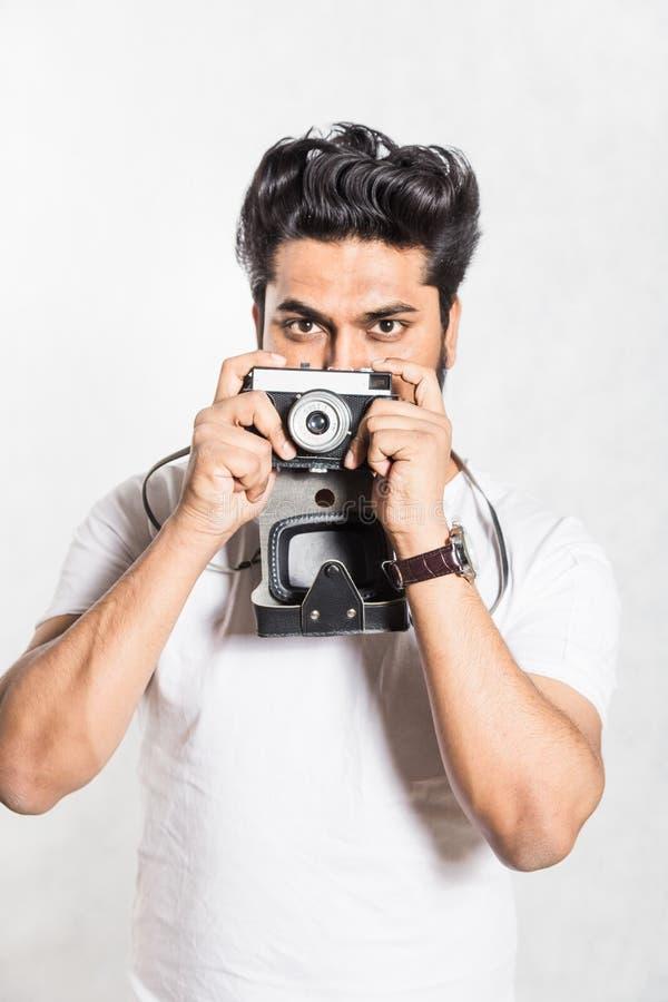 Πορτρέτο ενός όμορφου νέου μοντέρνου ατόμου με τη γενειάδα που παίρνει τη φωτογραφία σε μια εκλεκτής ποιότητας κάμερα στοκ φωτογραφίες