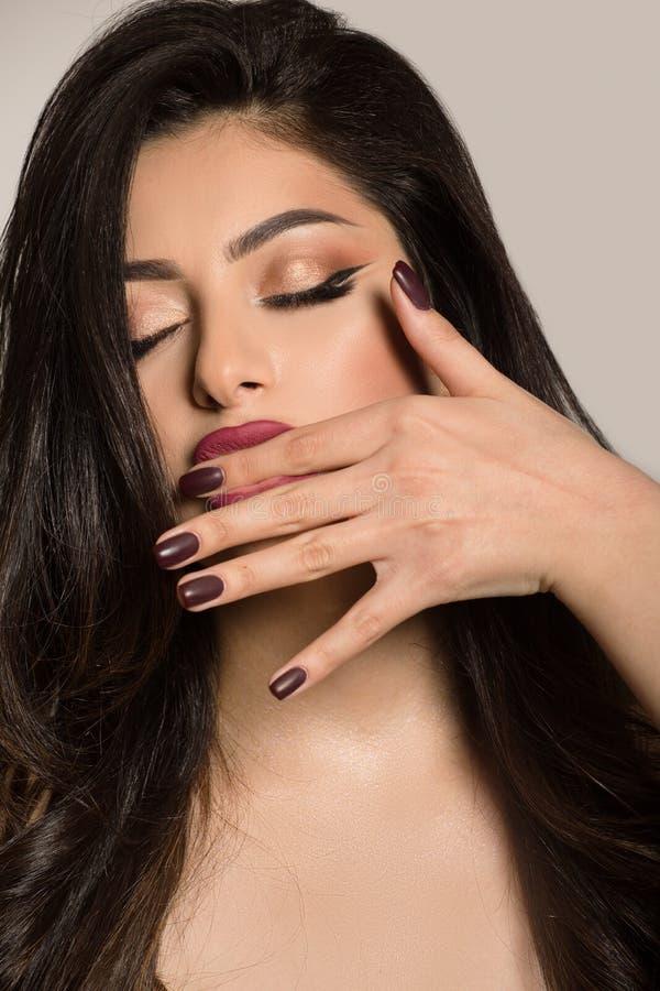 Πορτρέτο ενός όμορφου νέου brunette με τη φωτεινή σύνθεση και τα πλήρη χείλια στοκ φωτογραφία