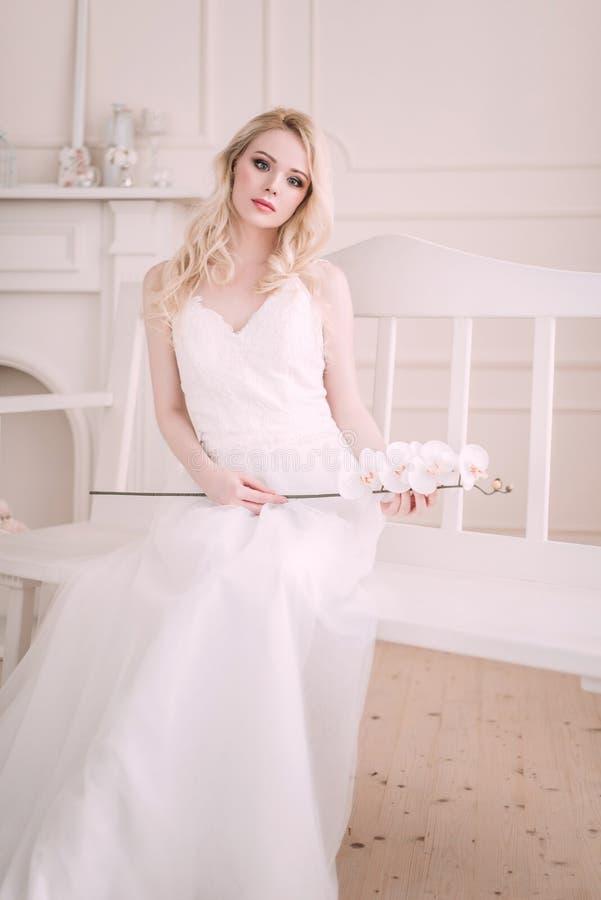 Πορτρέτο ενός όμορφου ξανθού κοριτσιού στην εικόνα της νύφης Πρόσωπο ομορφιάς Φωτογραφία που πυροβολείται στο στούντιο σε ένα ελα στοκ εικόνες με δικαίωμα ελεύθερης χρήσης