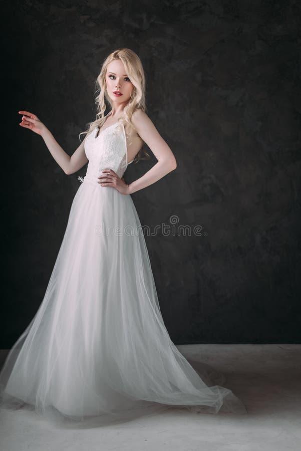 Πορτρέτο ενός όμορφου ξανθού κοριτσιού στην εικόνα της νύφης Πρόσωπο ομορφιάς Φωτογραφία που πυροβολείται στο στούντιο σε ένα γκρ στοκ εικόνα